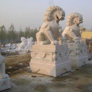 两尊汉白玉石雕狮子